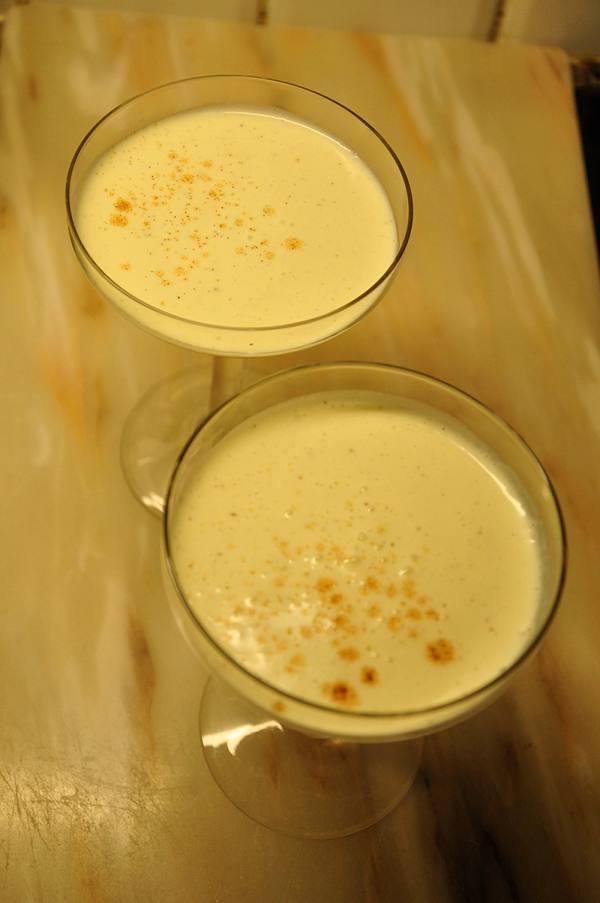 Laktosefreier Eggnog mit Vanilleeis